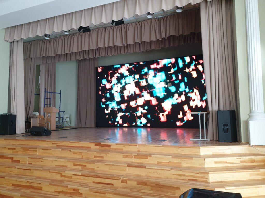 Экран в актовый зал